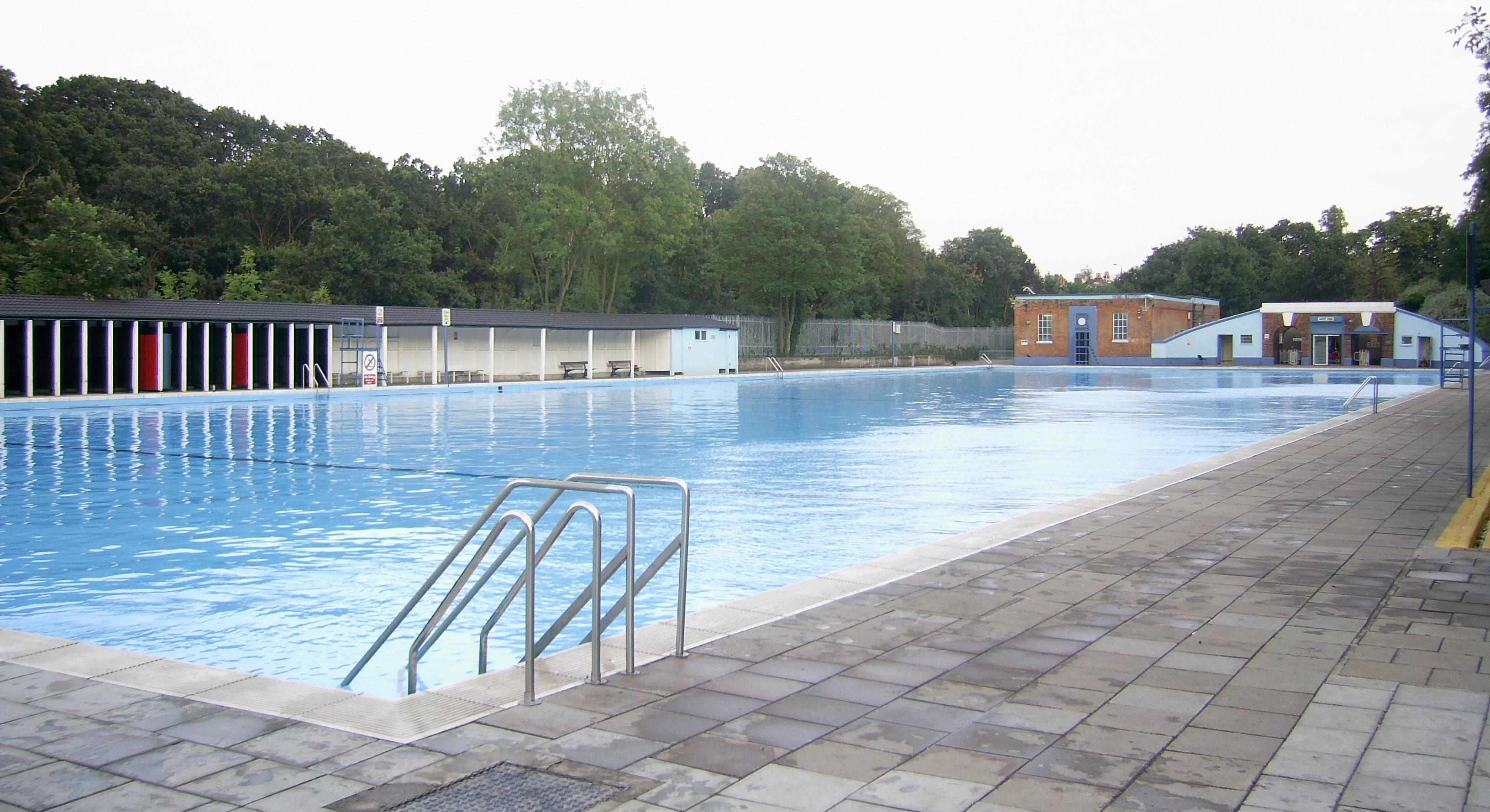 Outdoor swimming pools near newington green Houses for sale in london with swimming pool